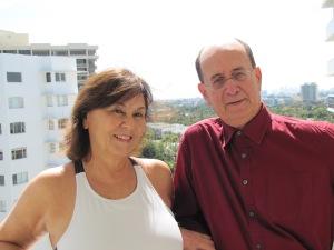 Antonio Adolfo e Ana na varanda do apartamento. Foto de Carla Guarilha.
