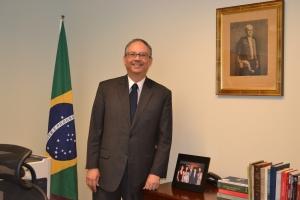 Embaixador Hélio Ramos na sua sala no consulado do Brasil em Miami. Fotos de Carla Guarilha.