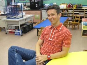 Alexandre Lopes na sala de aula. Foto de Carla Guarilha