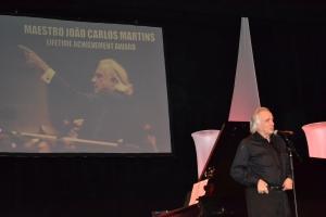 Maestro João Carlos Martins recebendo o prêmio nos EUA.