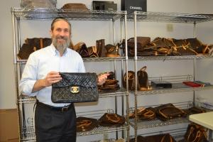 Roberto Szerer, CEO, mostra uma Chanel Jumbo Flap, que estava vendendo por US$2.500. A original pode custar mais de US$4.000.