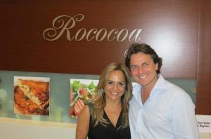 Yara Gouveia e sócio Pascal Cohen, na frente do Rococoa, no shopping Aventura. Foto: Cortesia Yara Gouveia.