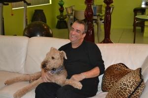 Borges em sua casa com Dylan, de 6 anos, um Terrier Airedale, sempre a seu lado