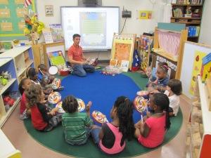 Alexandre Lopes com seus alunos. Foto de Carla Guarilha