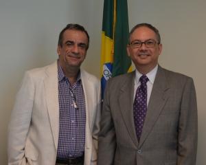 Carlos Borges com o Embaixador Hélio Ramos no consulado do Brasil em Miami