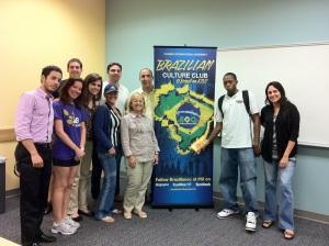 """Professora Augusta Vono, de camisa bege, orgulhosa ao lado de alunos e colegas participando da formação do Brazilian Culture Club, na FIU. Seu programa vai receber em maio o respeitado prêmio do """"Press Awards"""", o """"Oscar"""" da comunidade brasileira no exterior, na categoria de Ensino e Promoção de Idioma."""