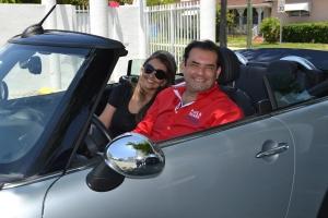 Jota com a noiva Giuliane. Depois de ter carros de todas as marcas, diz que hoje não trocaria seu Mini Cooper conversível por nenhum outro.