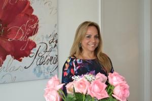 Yara Gouveia na sala de seu apartamento em Aventura.