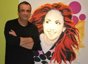 Borges na frente do quadro da Amanda em sua casa, pintado por Jean Pierre Rousselet quando ela tinha 17 anos