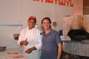 Juca com o pizzaiolo do Tutto Beer & Pizza House