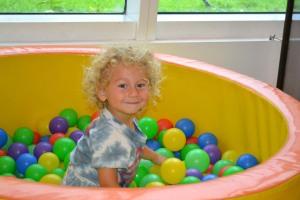 Jaclyn Bergman leva o filho Aven, de quase 2 anos, com frequência para brincar no Planet Kids.