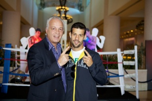 O pai Carlos Oliveira com Michael. Foto de Jade Matarazzo.