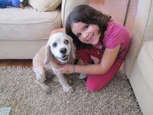 Carol e sua cachorrinha de estimação. Foto de Carla Guarilha.