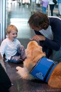 Ivan Dates e seu filho, Felipe, de 2 anos, curtem momentos alegres com Casey antes do embarque para Argentina.