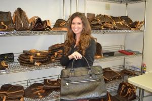 Kimberly Blue, diretora de serviços ao cliente, mostra a sua Gucci favorita do momento.