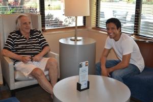 """Jean William descontraído ao lado do """"padrinho"""" profissional no hotel em Fort Lauderdale na manhã da apresentação"""