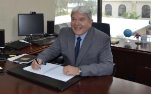 Leandro Alves no seu escritório do BB Américas em Coral Gables. Foto de Carla Guarilha