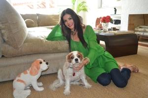 Com seu cachorro -- e a escultura dele -- na sala de sua casa em Miami Beach. Foto de Carla Guarilha