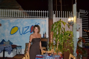 Liza na área externa do restaurante, à beira do rio Miami Little River. Foto: Carla Guarilha