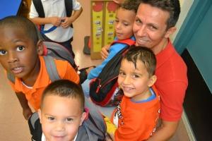 Alexandre Lopes com alguns de seus alunos na escola Carol City Elementary. Foto de Carla Guarilha