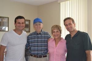 David Schurmann (esq.), Eddie, padrasto de Heloisa, que mora em Miami e fez 90 anos no domingo, Heloisa e Wilhelm, o caçula da família. Foto de Carla Guarilha