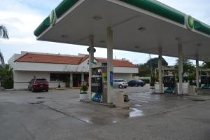 """A entrada é típica de um posto de gasolina. A surpresa é quando se abre a porta da """"lojinha"""" de conveniência. Foto de Carla Guarilha"""