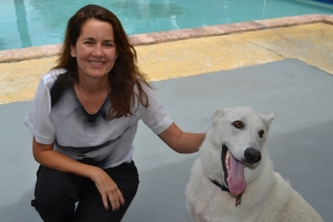 Viviane na piscina de sua casa com Athena Von Claude, uma cadela da raça Pastor Alemão - capa branca, com um ano e meio e 50 kg. Foto de Carla Guarilha