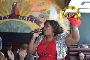 A voz de Maryel Epps anima os domingos no Restaurante City Hall. Foto de Carla Guarilha