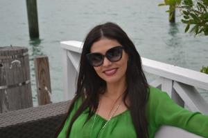 Adriana, em sua casa, com óculos de sol de uma linha que desenvolveu chamada Adri O, inspirada na ex-primeira dama americana Jacqueline Kennedy, também conhecida como Jackie O. Foto de Carla Guarilha