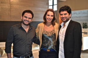 Esther Schattan, entre os irmãos Claudio (dir.), e Olavo Faria (esq.), donos das franquias de Miami e Dallas. Foto de Carla Guarilha