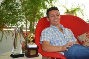 Em sua casa em Miami, com seus troféus ao lado. Foto de Carla Guarilha