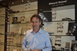 """Na loja da Sunset Drive, Edward conta com orgulho que faz questão de tratar os clientes com o """"carinho brasileiro"""". Foto de Carla Guarilha"""