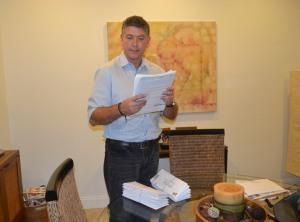 Na mesa, já prontos os envelopes para ele colocar no correio com formulários de novos doadores. Foto de Carla Guarilha