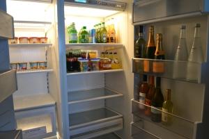Na geladeira de todos os quartos tem desde sorvete e leitinho para as crianças até champagne Veuve Clicquot, meia garrafa ou inteira. Foto de Carla Guarilha
