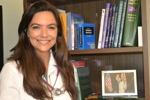 Dra. Debora tem na estante do seu consultório uma foto com Presidente Obama, inspiração para o logo de seu instituto. Foto de Carla Guarilha