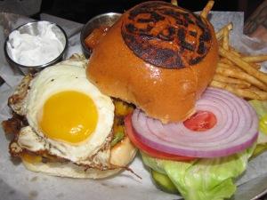 B&B - hambúrguer com quase tudo.