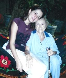 """Viviane, em Cuiabá, ao lado de sua vózinha, dona Dilza, sua """"segunda mãe"""", hoje com 91 anos. Album de família"""