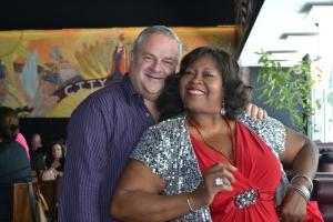 Steven Hass com a velha amiga Maryel Epps no City Hall. Foto de Carla Guarilha