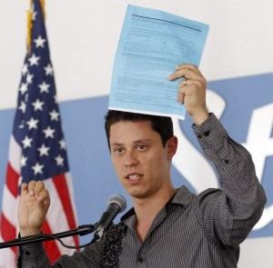 """Durante o discurso no Miami Dade College, 15 de agosto, dia em que a """"Ação Diferida"""" entrou em vigor. """"O papel azul é minha documentação"""", diz orgulhoso"""