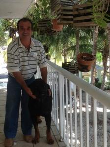 Peixoto com seu cachorro, Simba, de 5 anos, em sua casa em Key Largo. Foto: Álbum de família