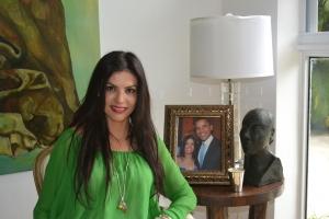 No porta-retrato, na sua sala, Adriana com Barack Obama, num jantar em Miami há quatro anos para arrecadar fundos para sua primeira campanha presidencial