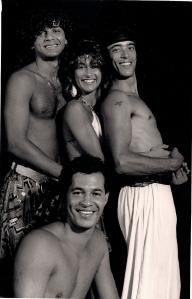 Liza com seus parceiros do grupo brasileiro de dança na Austrália. Foto: Álbum de família