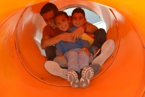 """Alexandre escorrega com seus alunos no """"playground"""" da escola. Foto de Carla Guarilha"""