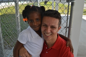 A aluna de Alexandre foi correndo lhe dar um abraço assim que o viu. Foto de Carla Guarilha