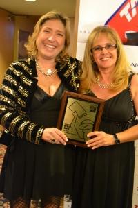 Chris Delboni e Carla Guarilha comemoram a premiação