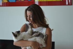 Sofia com sua gata, Catniss, de 8 meses. Foto de Carla Guarilha.