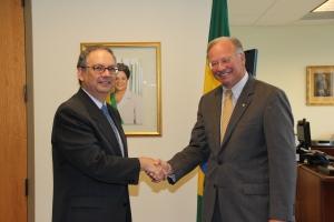 Embaixador Helio Ramos, na sua sala no Consulado-Geral de Miami, assina o acordo com Roy Ripak, vice-presidente de mercado da Walgreens.