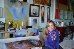 Rodeada de sua arte e seus livros. Foto de Carla Guarilha