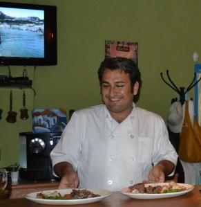 Chef Ali Cinar mostra os pratos de carne de carneiro que acaba de preparar. Foto: Carla Guarilha