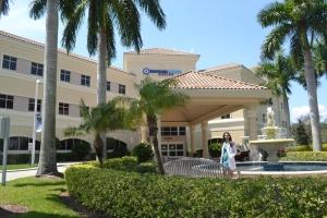 """Na entrada do complexo médico em Weston, onde fica o primeiro """"iCan"""" nos Estados Unidos. Em janeiro de 2014, o Instituto deve expandir para Coral Gables, no condado de Miami-Dade. Foto de Carla Guarilha"""